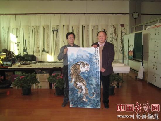原国防部部长梁光烈(右)与著名书画家朱伯芳(左)