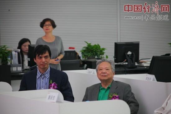 国画大师姚治华(右)及弟子郑碎孟(左)在签约现场 中国经济网李冬阳摄